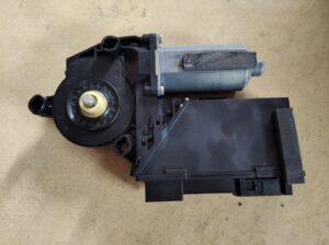 3D1 959 703 E Raammotor Links achter VW Phaeton